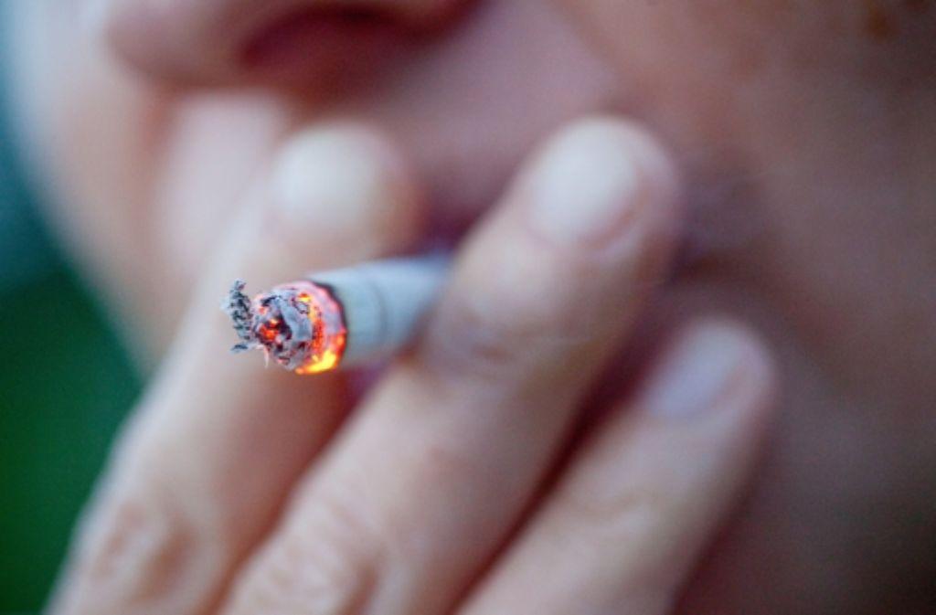 Besser auf eine Zigarette verzichtet, hätte ein 58-jähriger Mercedes-Fahrer bei Weinstadt. Beim Anzünden des Glimmstängels war er so abgelenkt, dass er auf seinen Vordermann auffuhr. (Symbolfoto) Foto: dpa