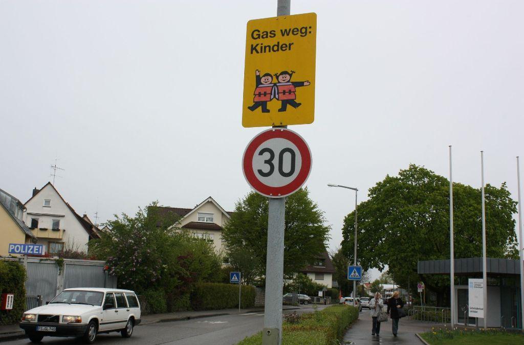 Die Tempobeschränkung an der Stuttgarter Straße wird ausgeweitet.  Schüler sind  dort bald verstärkt unterwegs. Foto: Natalie Kanter