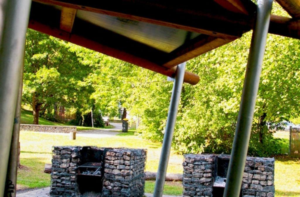 Überdachte Bänke sind nur ein Plus des Grillplatzes auf dem Fa Foto: Kratz