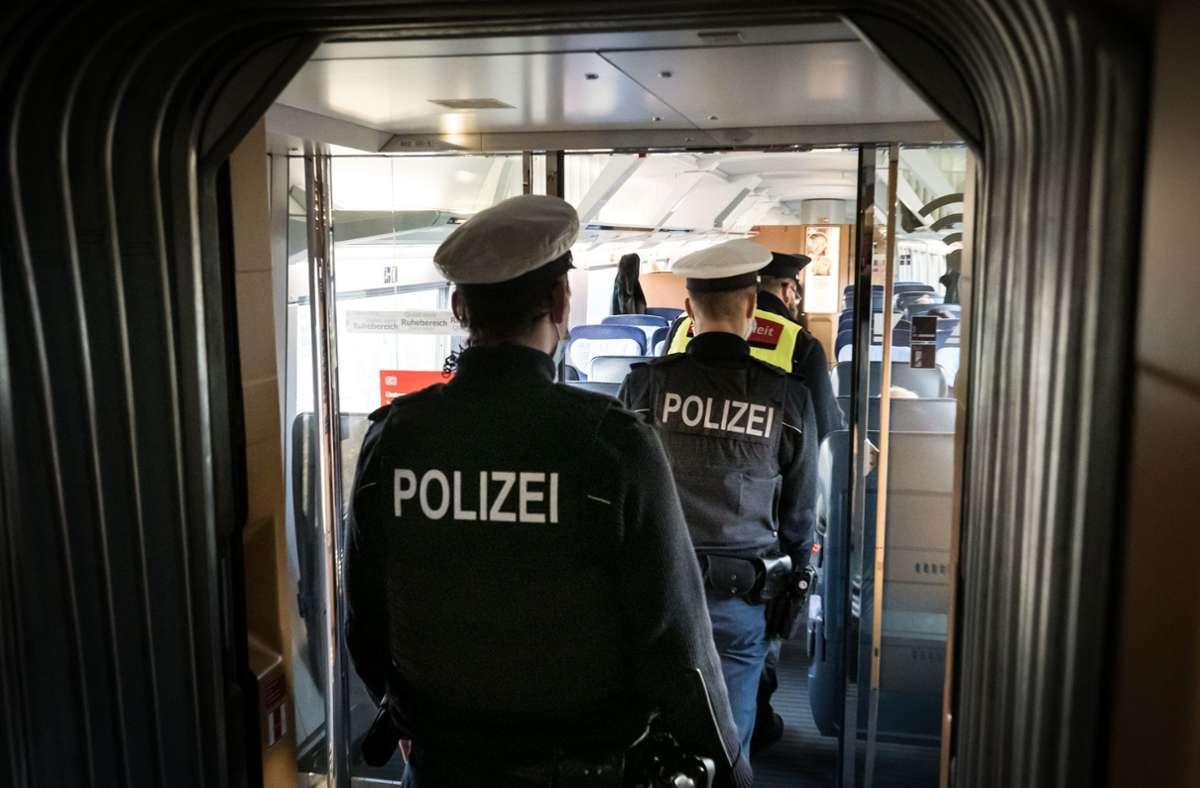 Die Bundespolizei und Sicherheitsleute der Bahn überwachen die Maskenpflicht in Zügen. Foto: Lichtgut/Achim Zweygarth