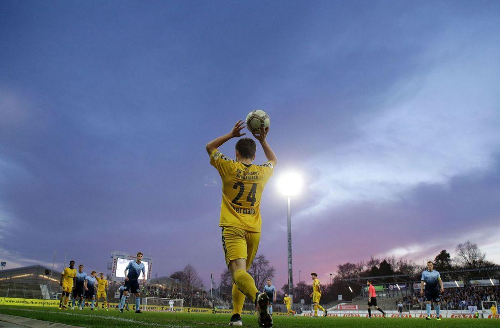 Im Gazistadion wollen die Stuttgarter Kickers  bald wieder Regionalligafußball zeigen: Die Blauen kämpfen um den Aufstieg  – jetzt sorgt die Parteizughörigkeit des Förderkreis-Vorsitzenden für Unruhe. Foto: Baumann