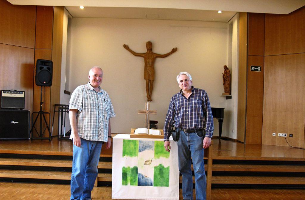 Der Kirchensaal gehört wohl zu den angenehmsten Plätzen in der JVA. Die Seelsorger Stefan Ilg (links) und Thomas Wagner halten hier die Gottesdienste ab. Foto: Kathrin Klette
