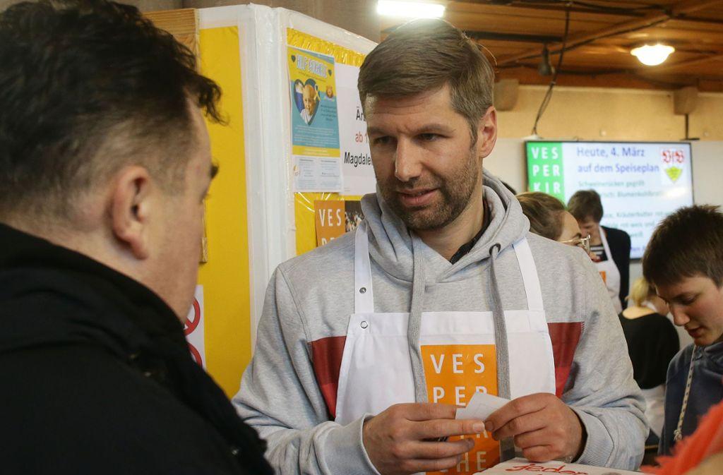 VfB-Chef Thomas Hitzlsperger kürzlich bei der Essensausgabe in der Stuttgarter Vesperkirche. Foto: Baumann