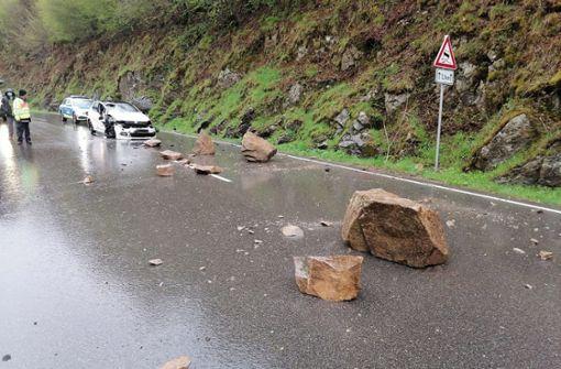 Herabstürzende Felsen treffen Autos – 27-Jährige verletzt