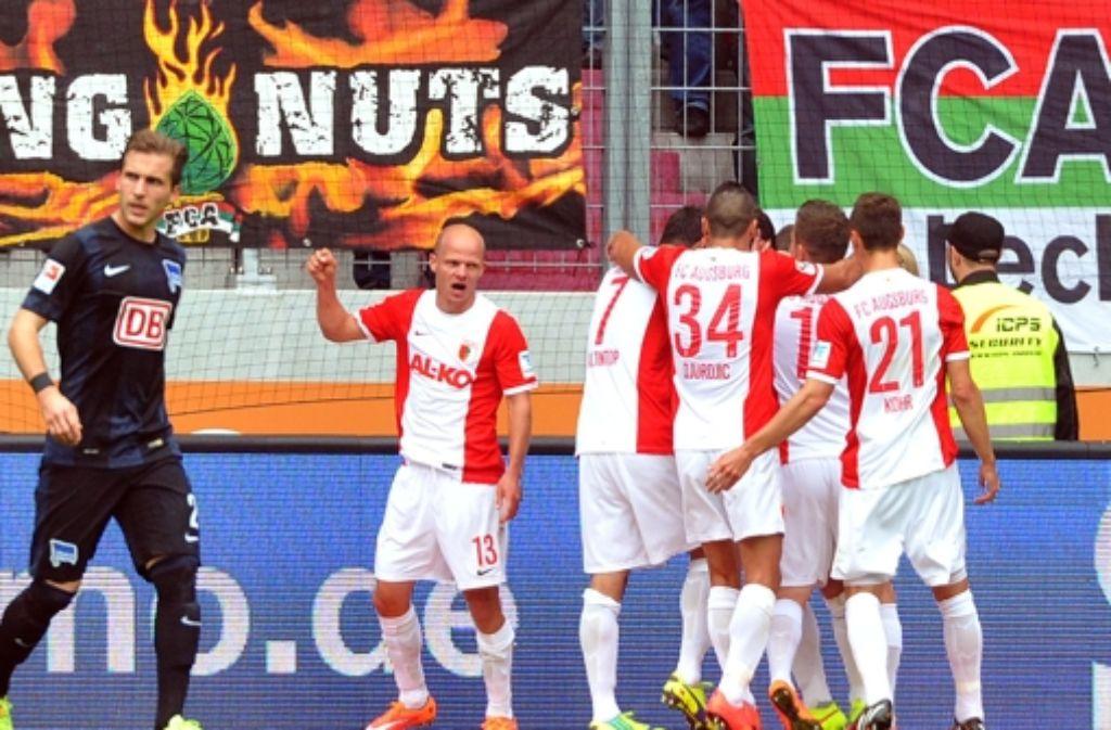 Die Augsburger Spieler freuen sich über das 1:0 gegen Hertha BSC. Foto: dpa