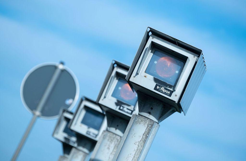 Das Streckenradar misst auf einer Länge von zwei Kilometern, wie viel Zeit Autos für die Strecke brauchen. Daraus ermittelt das System die Durchschnittsgeschwindigkeit. Foto: dpa/Peter Steffen