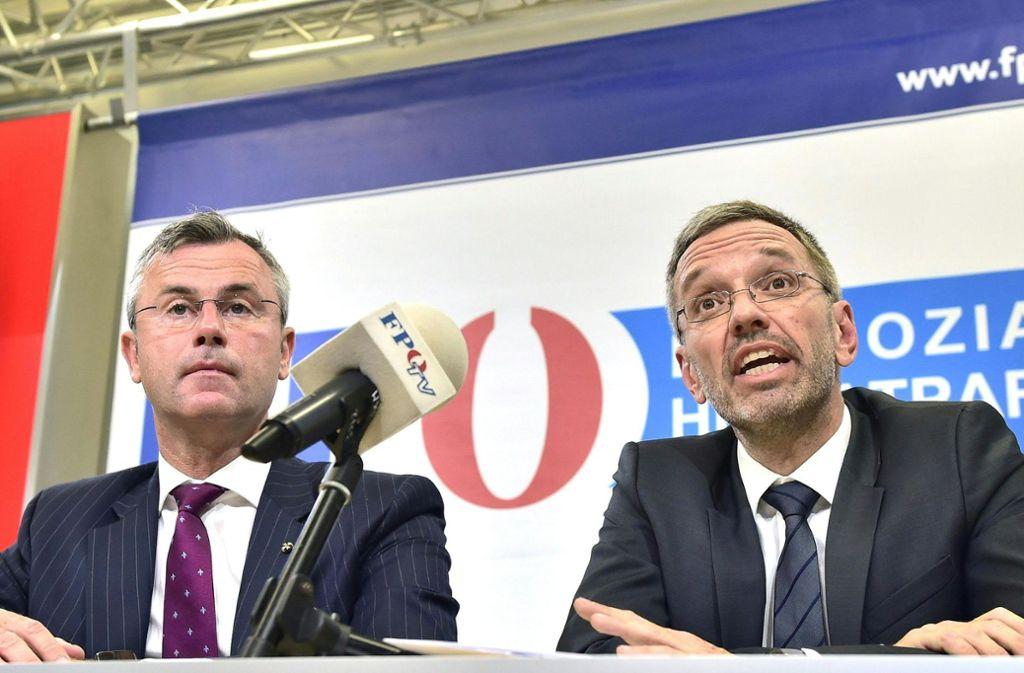 Norbert Hofer (l), designierter FPÖ-Parteichef, und Herbert Kickl (FPÖ), ehemals Innenminister. Foto: dpa