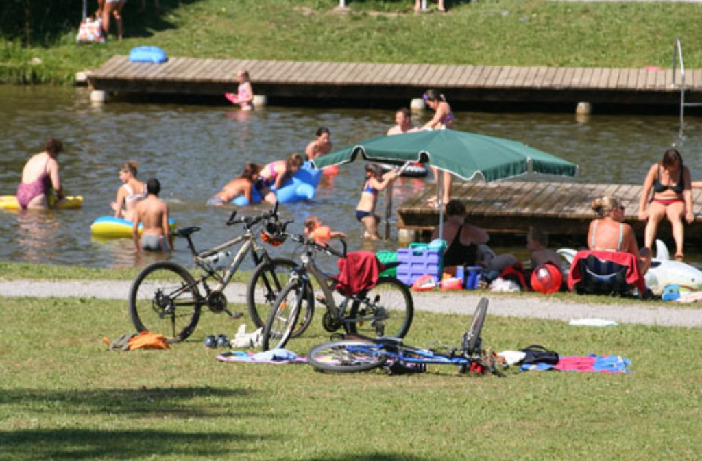 ... mit guter Wasserqualität wird an Wochenenden von den Rettungsschwimmern der DLRG beaufsichtigt. Der Bus 263 fährt die Haltestelle Welzheim Aichstrut an - von dort läuft man eine Viertelstunde.  Foto: Gemeinde Welzheim