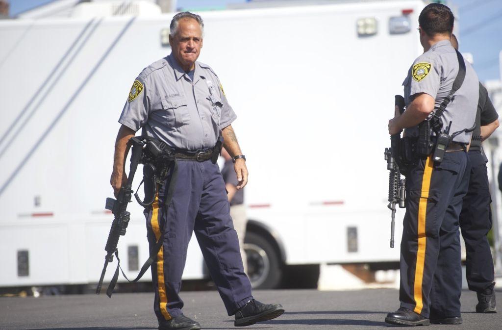 Polizeikräfte sichern nach der Rohrbombenexplosion am Samstag in New Jersey das Gebiet rund um den Vorfall – wenig später finden die Beamten weitere Sprengsätze. Foto: AFP