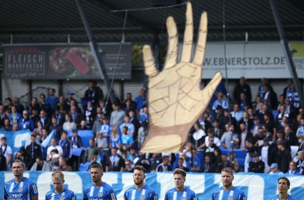 Hand in Hand mit ihren Fans wollten die Stuttgarter Kickers gegen den FC Nöttingen zum Erfolg kommen – doch es setzte die erste Heimniederlage in dieser Oberligasaison.Foto:Baumann Foto: