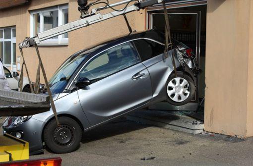 Auto landet rückwärts in einer Glasfront