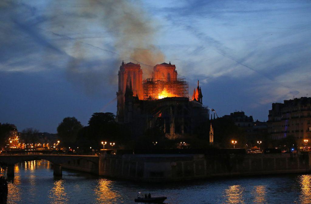 Am späten Abend: Notre Dame auf der Seine-Insel von Paris  brennt immer noch. Foto: AP