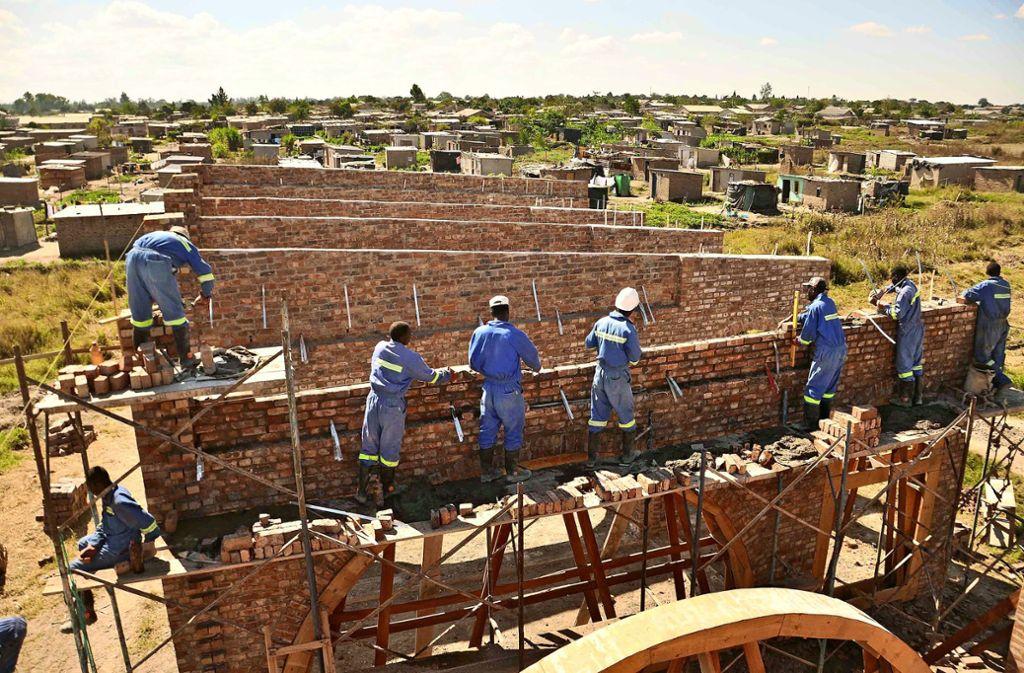 Auf der Baustelle in Hopley kommen die Arbeiter mittlerweile ganz gut selbstständig  klar Foto: Kristina Egbers