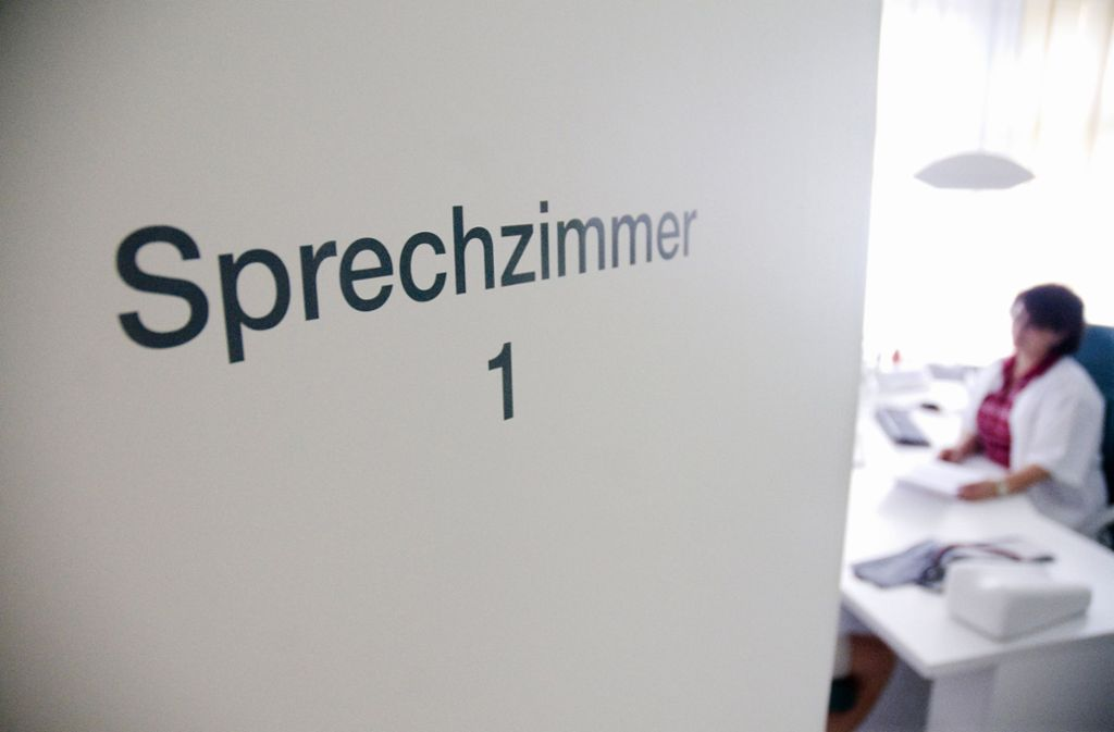 Ärzte und Psychotherapeuten zieht es vor allen mach Heidelberg und Freiburg (Symbolbild). Foto: dpa/Benjamin Ulmer
