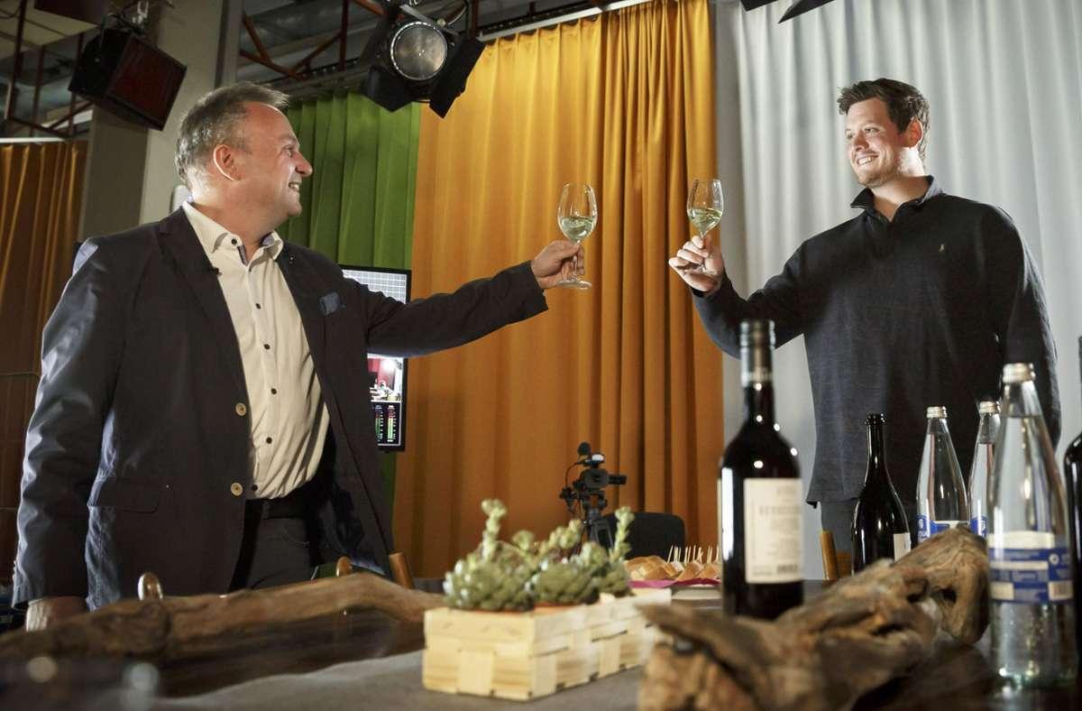 Winzer Christoph Kern und Kolumnist Holger Gayer  (li.)  bei der Weinprobe Foto: Lichtgut/Julian Rettig