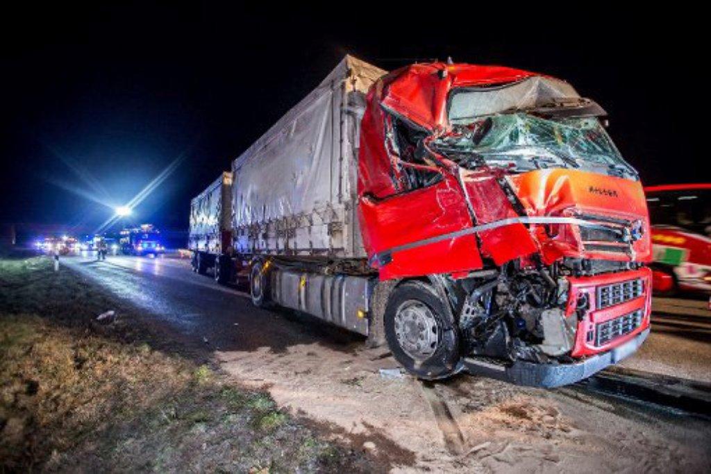 Noch einmal glimpflich ausgegangen: Ein Lkw-Fahrer ist in der Nacht auf Samstag bei Rutesheim auf einen Tanklastwagen aufgefahren. Foto: www.7aktuell.de | Simon Adomat