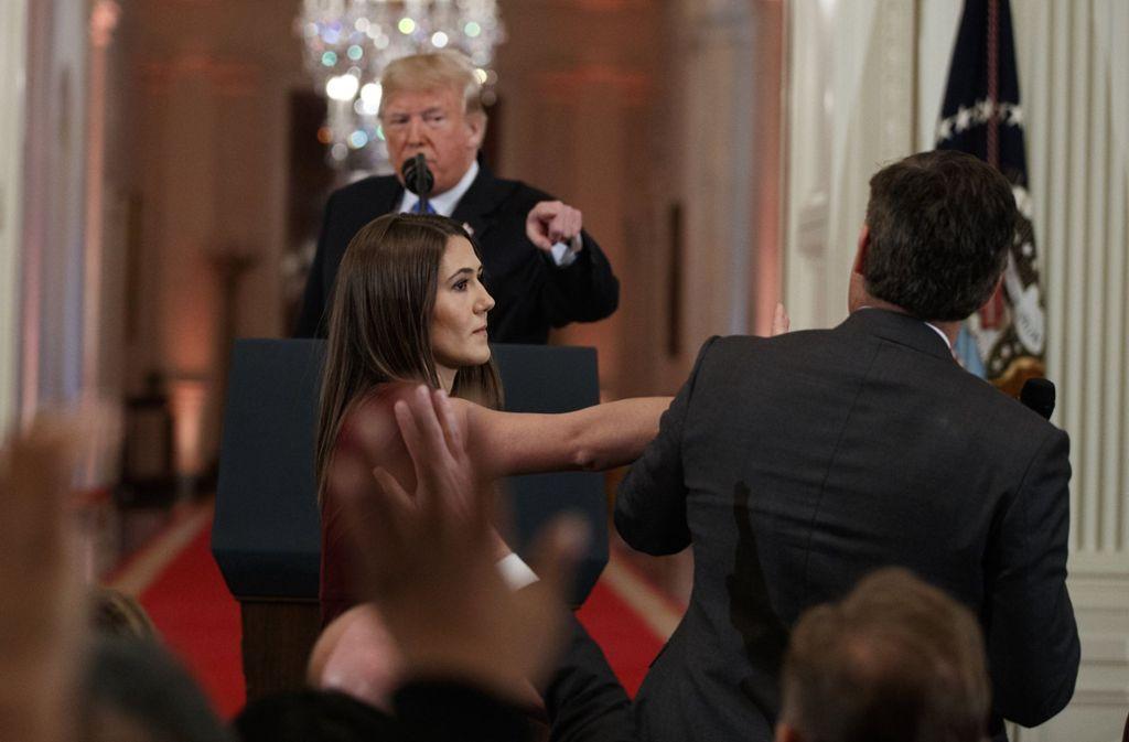 Während einer Pressekonferenz von Donald Trump kommt es zu einer kleinen Rangelei zwischen dem CNN-Reporter Acosta und einer Mitarbeiterin des Weißen Hauses. Foto: AP