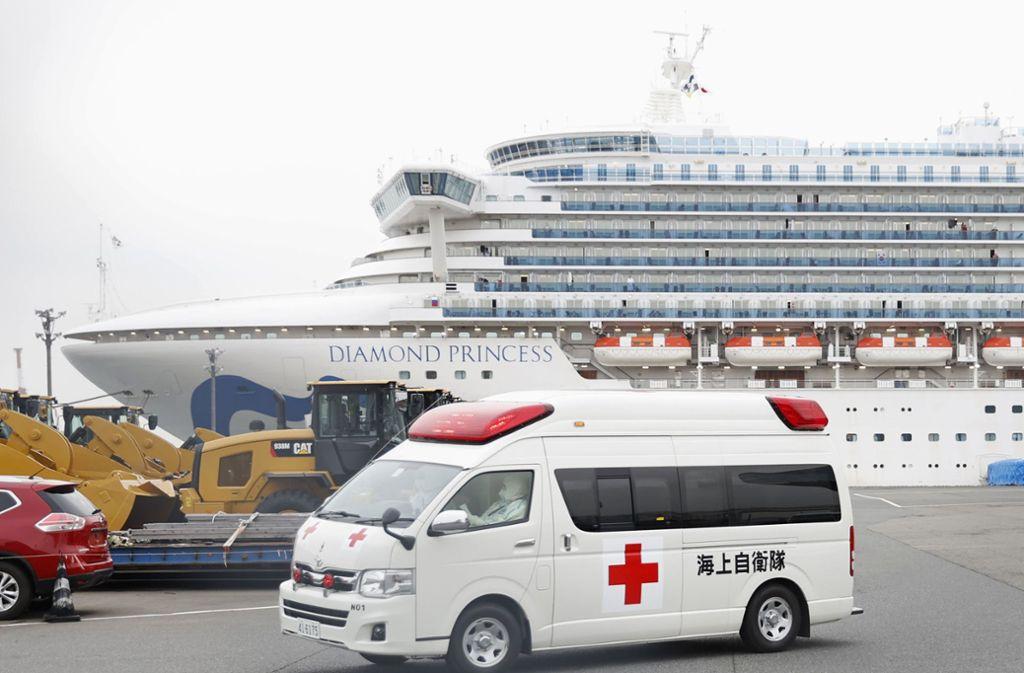 Die Diamond Princess liegt nach wie vor im Hafen von Yokohama. Foto: dpa/--