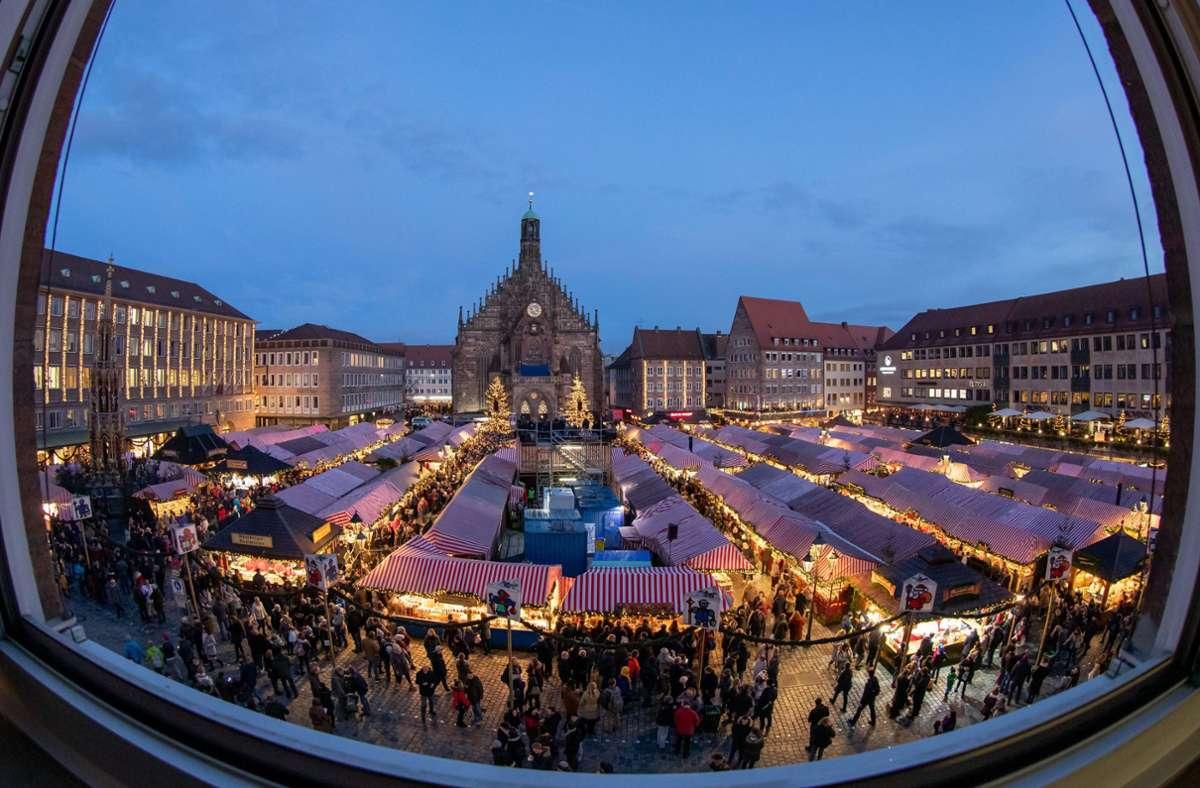 Blick über den Nürnberger Christkindlesmarkt vor der Coronazeit. In diesem Jahr fällt der Markt wegen der Pandemie aus. Foto: dpa/Daniel Karmann
