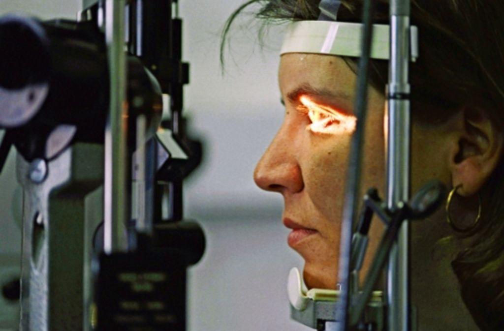 Vor der Netzhaut-OP wird das Auge untersucht. Das Produkt Ala Octa wird während des Eingriffs in den Glaskörper gespritzt. Foto: dpa