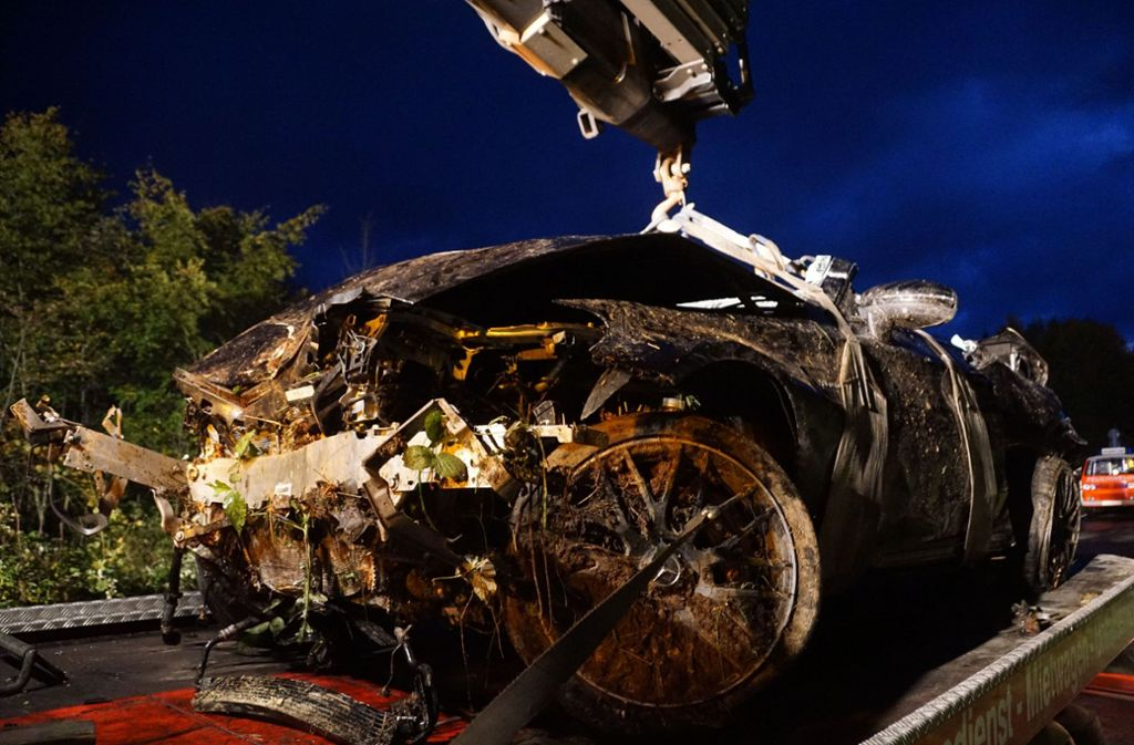 Der 100000 Euro teure Mercedes AMG ist nach dem Unfall nur noch Schrott. Foto: SDMG