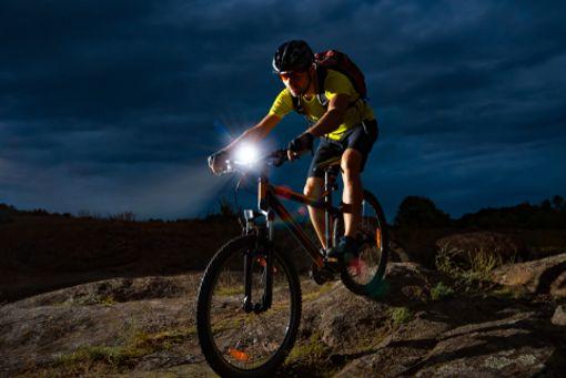 Vor allem in der dunklen Jahreszeit benötigen Fahrradfahrer die richtige Beleuchtung fürs Bike. Zwölf Lichter sind vom ADAC und einem Verbrauchermagazin getestet worden.