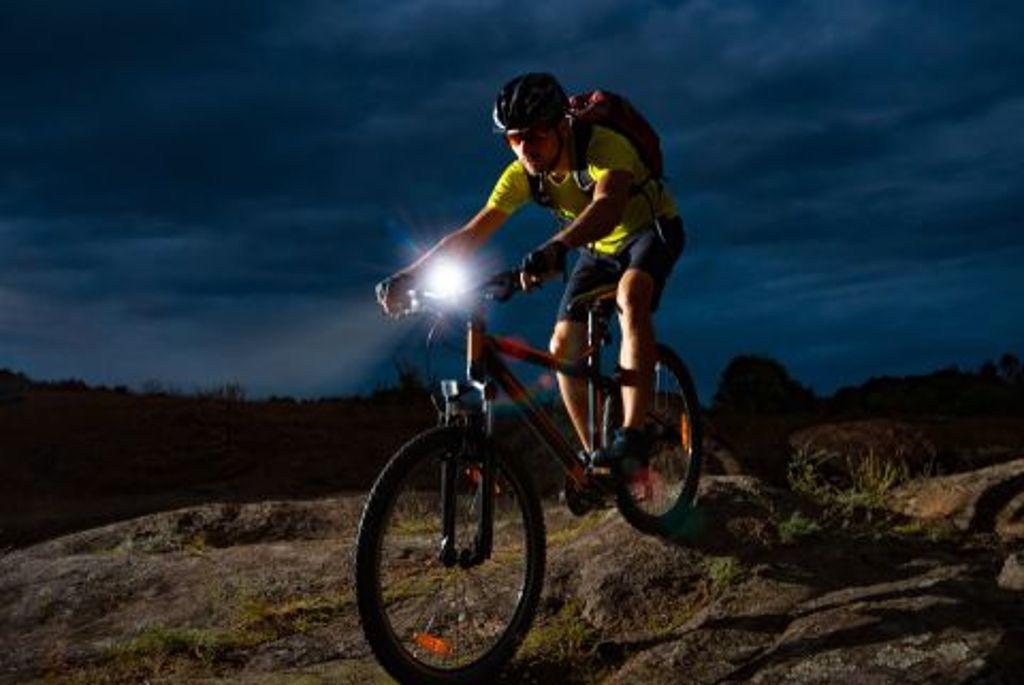 Vor allem in der dunklen Jahreszeit benötigen Fahrradfahrer die richtige Beleuchtung fürs Bike. Zwölf Lichter sind vom ADAC und einem Verbrauchermagazin getestet worden. Foto: Shutterstock/maxpro