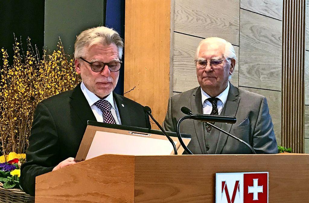 Der Oberbürgermeister Michael Makurath  überreicht Horst Brose die Bürgermedaille. Foto: Rafael Binkwoski/Andreas Weise