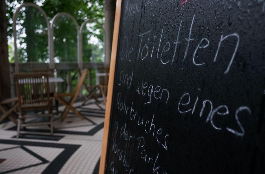 Besucher des Teehauses werden auf Dixie-Toiletten verwiesen. Foto: Lichtgut/Max Kovalenko