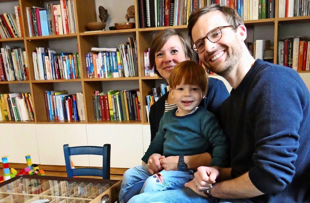 Annika Schmid, Florian Hofmann und ihr Sohn Jonni wohnen derzeit in einer Dreizimmerwohnung im Stuttgarter Süden. Für April erwarten sie noch eine Tochter. Foto: Julia Bosch