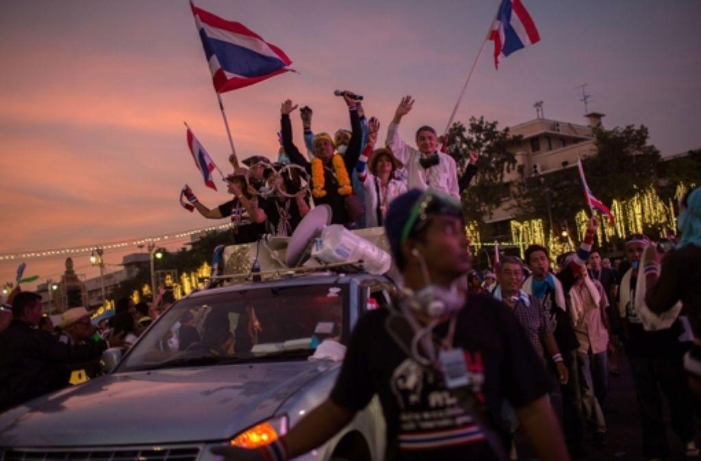 Wie im Bürgerkrieg sieht es stellenweise in Bangkok aus. Demonstranten feuern Wurfgeschosse auf Polizisten, Sicherheitskräfte reagieren mit Tränengas.  Foto: Getty Images AsiaPac