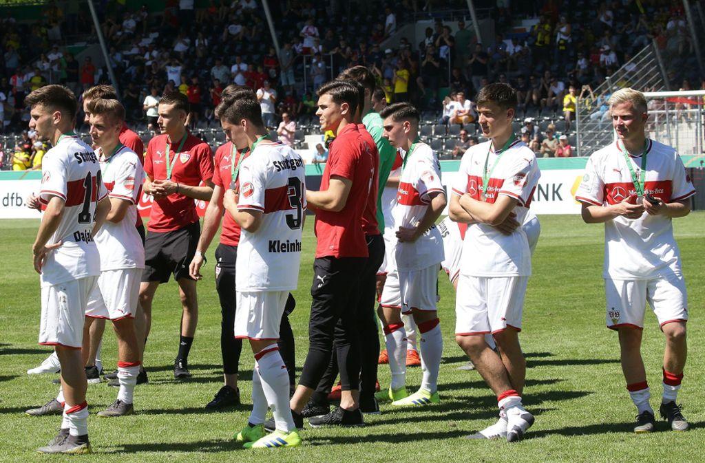 """Am Ende war's """"nur"""" die Silbermedaille für die A-Junioren des VfB Stuttgart – das Team wurde dennoch gefeiert. Foto: Baumann"""