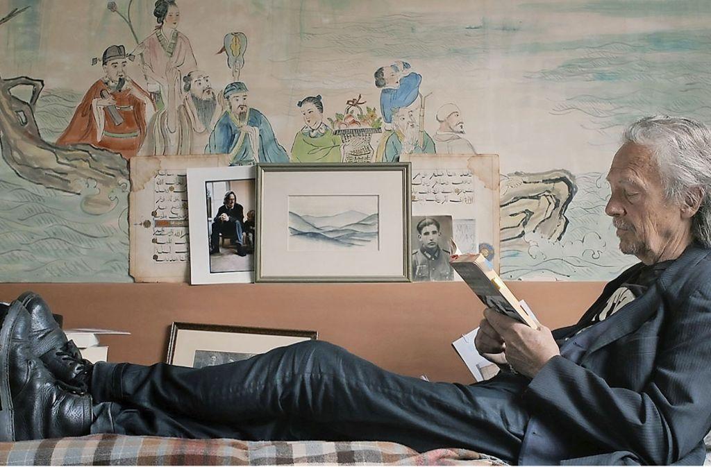 Peter Handke bei der Lektüre in seinem Haus in Chaville in der Nähe von Paris Foto: Verleih