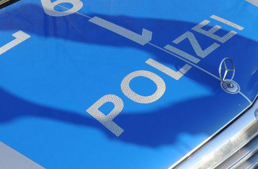 Mann zersticht Reifen am Polizeiauto