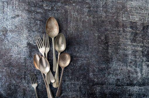 Silberschmuck und Silberbesteck läuft mit der Zeit an und wird schwarz. So reinigen Sie Ihr Silber richtig und bringen es zum Glänzen