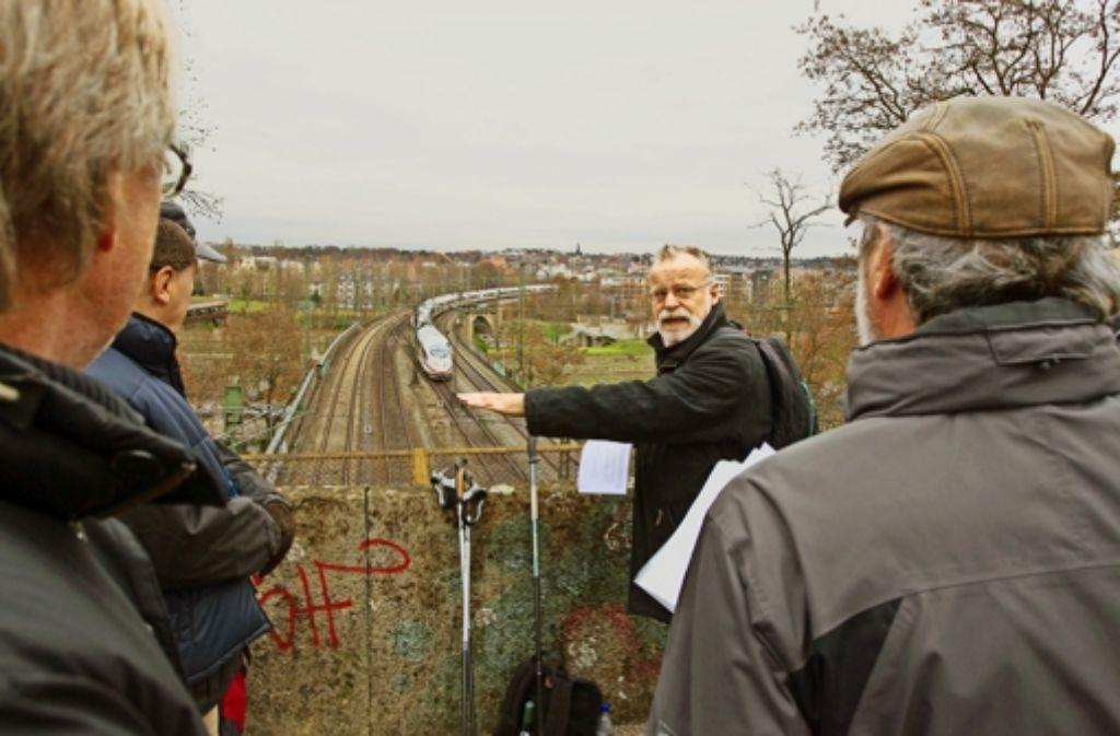 100 Jahre Bahnverkehr   – Bezirksbeirat Peter Mielert (Zweiter von rechts) kann sich künftig Fahrräder vorstellen. Foto: Christian Hass