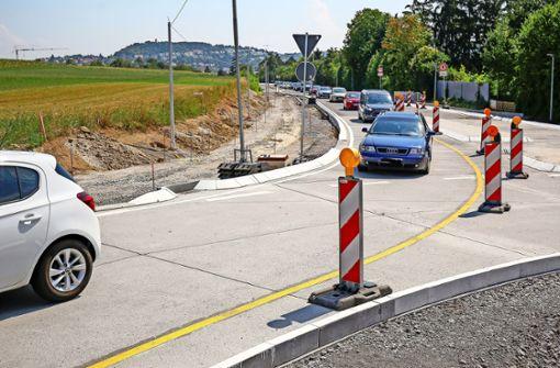 Lange  Staus  am halb fertigen  Kreisverkehr