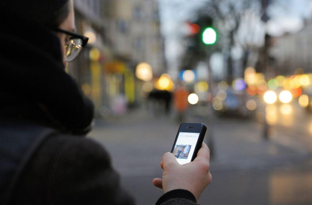 Smartphone im Straßenverkehr – das kann böse enden, auch für Fußgänger. Foto: dpa