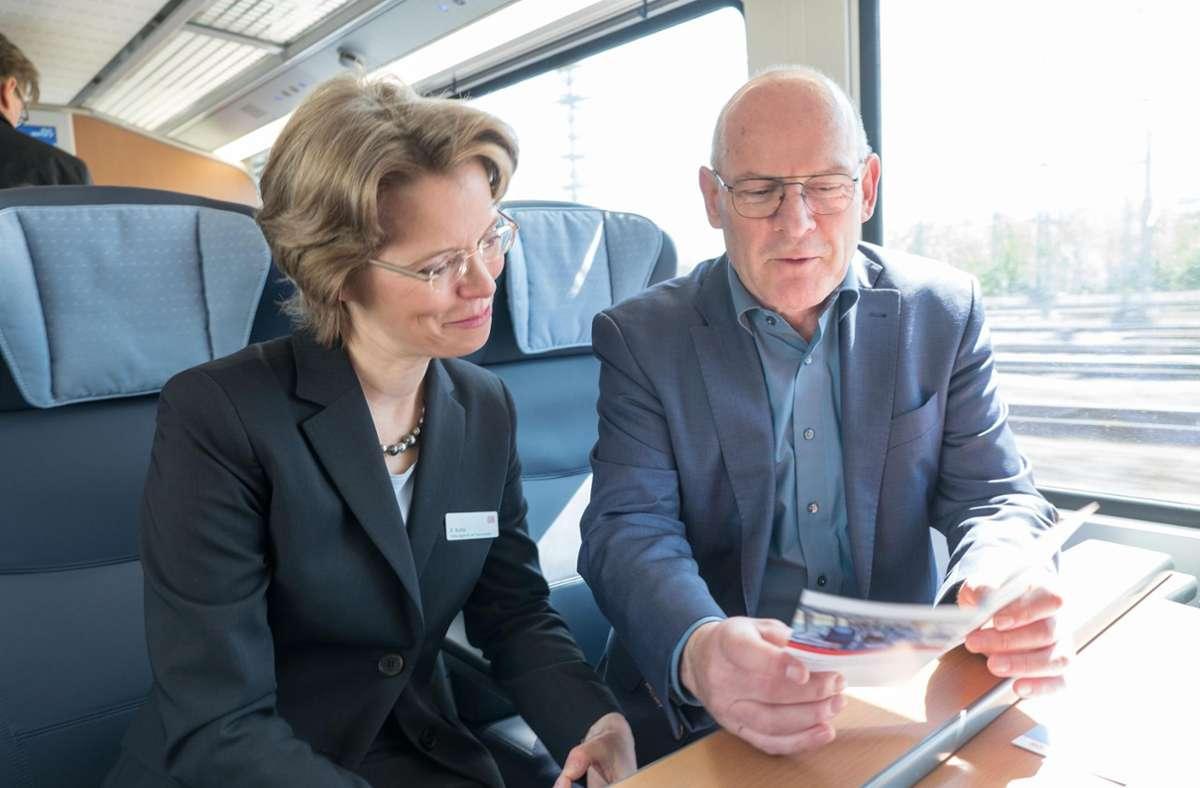 Winfried Hermann mit Birgit Bohle, damals im  Vorstand der DB Fernverkehr AG,  im Jahr 2017 bei einer Probefahrt auf der Gäubahnstrecke –  nicht erst seit da kennt der Verkehrsminister diese Trasse. Foto: /www.7aktuell.de/Frank Herlinger