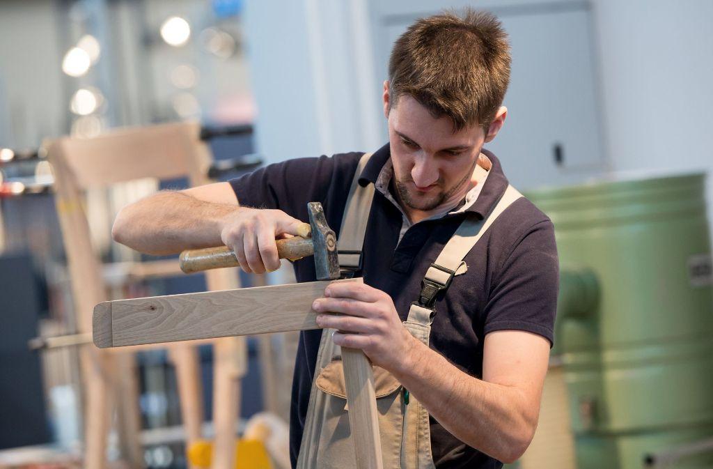 Herr L. hat in seinem Ein-Mann-Betrieb manches Möbelstück angefertigt (Symbolbild). Foto: dpa