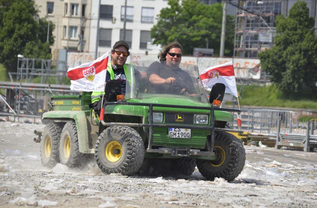 Diese beiden haben Spaß bei der Arbeit. Nach dem Public Viewing des VfB Stuttgart wird nun aufgeräumt. Foto: Andreas Rosar Fotoagentur-Stuttg