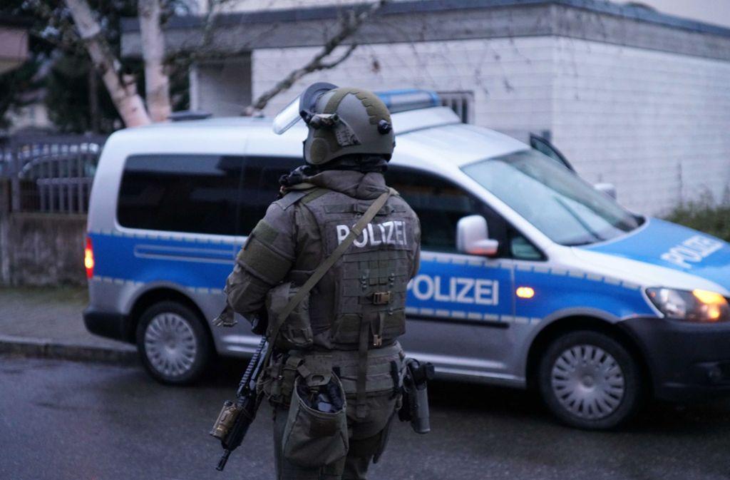 Schwer bewaffnete Einsatzkräfte sicherten die Straßen der Plochinger Innenstadt. Foto: SDMG/SDMG / Kohls