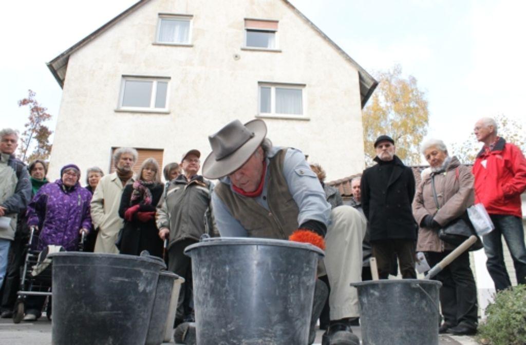 Auch in der Helfergasse hat der Künstler Gunter Demnig am Dienstag zwei Stolpersteine verlegt. Foto: Maira Schmidt