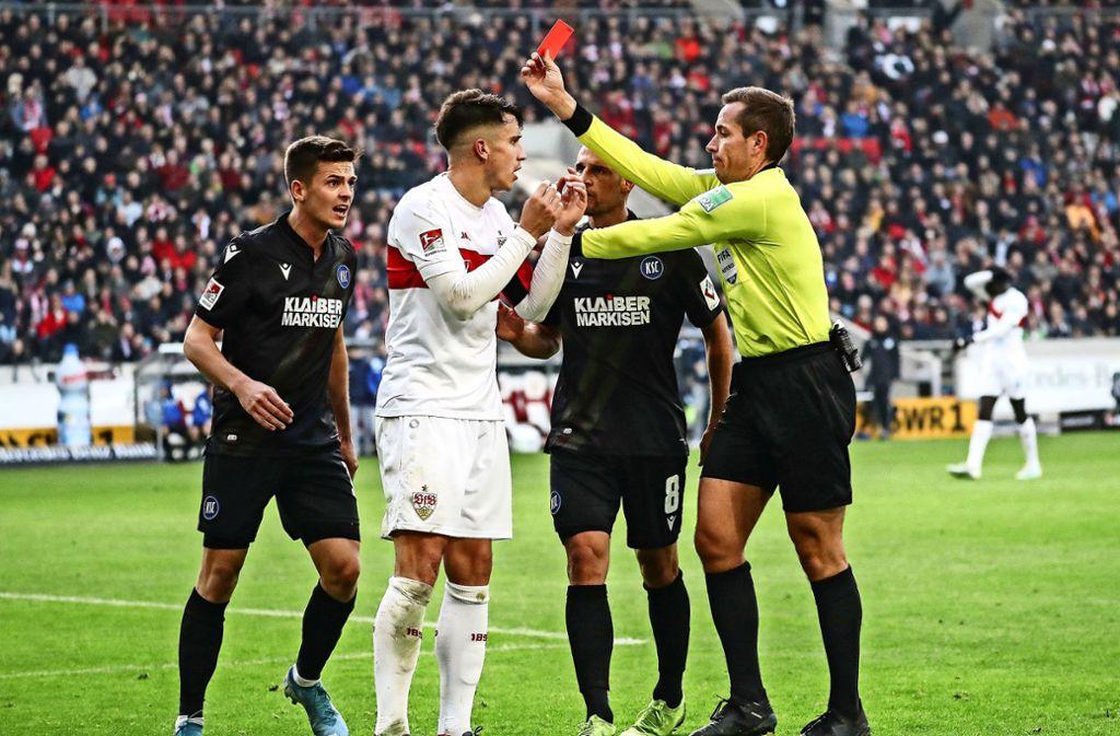 Schiedsrichter Tobias Stieler zeigt Marc Oliver Kempf in der Schlussphase des Derbys am vergangenen Sonntag die rote Karte. Foto: dpa/Christoph Schmidt