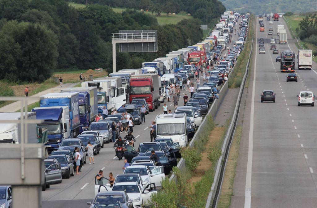 Bei einem Unfall auf der A8 bei Kirchheim ist ein Mann lebensgefährlich verletzt worden. Foto: 7aktuell.de/Schlienz