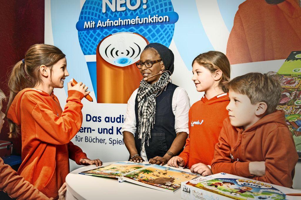 Kinder präsentieren auf der Neuheitenschau der Spielwarenmesse in Nürnberg die Innovationen von Ravensburger.  Foto: Erol Gurian