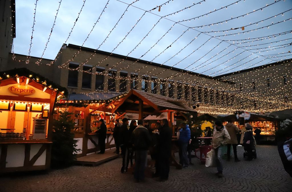 Stimmungsvoll gestaltet ist der Fellbacher Weihnachtsmarkt, doch die Angebote der Buden werden bemängelt. Foto: Patricia Sigerist