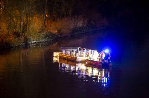 Bootssteg löst sich von einer Anlegestelle im Neckar