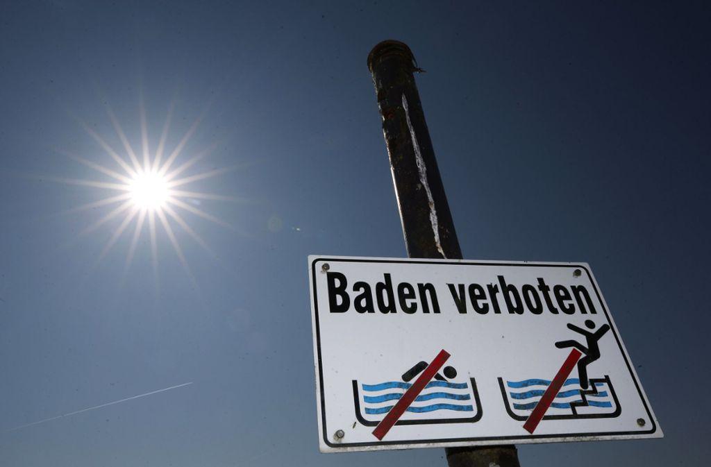 Das Baden im Baggersee Weingarten (Kreis Karlsruhe) ist verboten. Foto: dpa