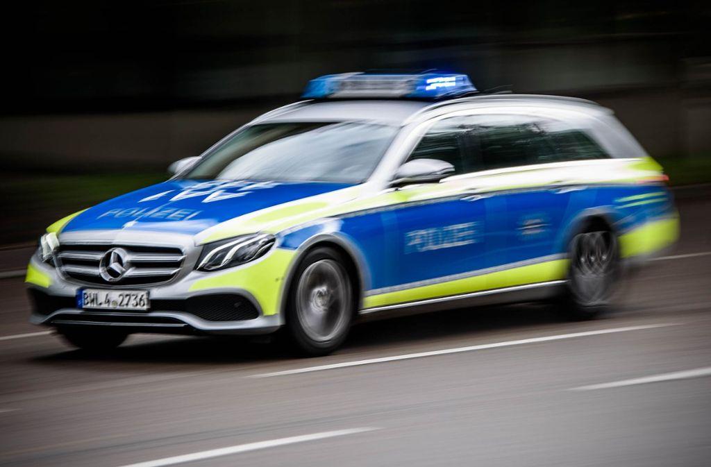 Die Polizei stellte den Führerschein und das Auto der Unfallverursacherin sicher. Foto: Phillip Weingand / STZN